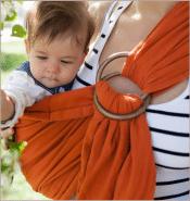 exemple de bébé porté avec un sling